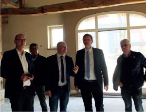 Johann Schepers erläutert das Konzept des Hof Blekker. V.l.n.r.: Landratskandidat Uwe Fietzek, Johann Schüürmann, Hajo Bosch und dem Europaabgeordneten Jens Gieseke.