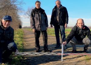 v.l.n.r Bürgermeister Scholte-Hagen, Stroeve und Beckhuis sowie Herr Egberink vom Bauamt Uelsen freuen sich über die Förderung (Bild GN)